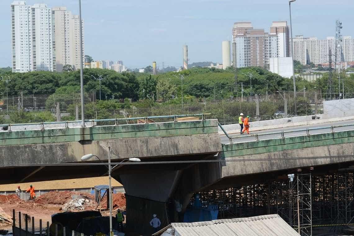 Bloqueio de viaduto na Marginal faz trânsito piorar no entorno