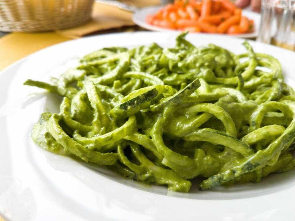 Massa low-carb: espaguete de abobrinha ao molho pesto de manjericão