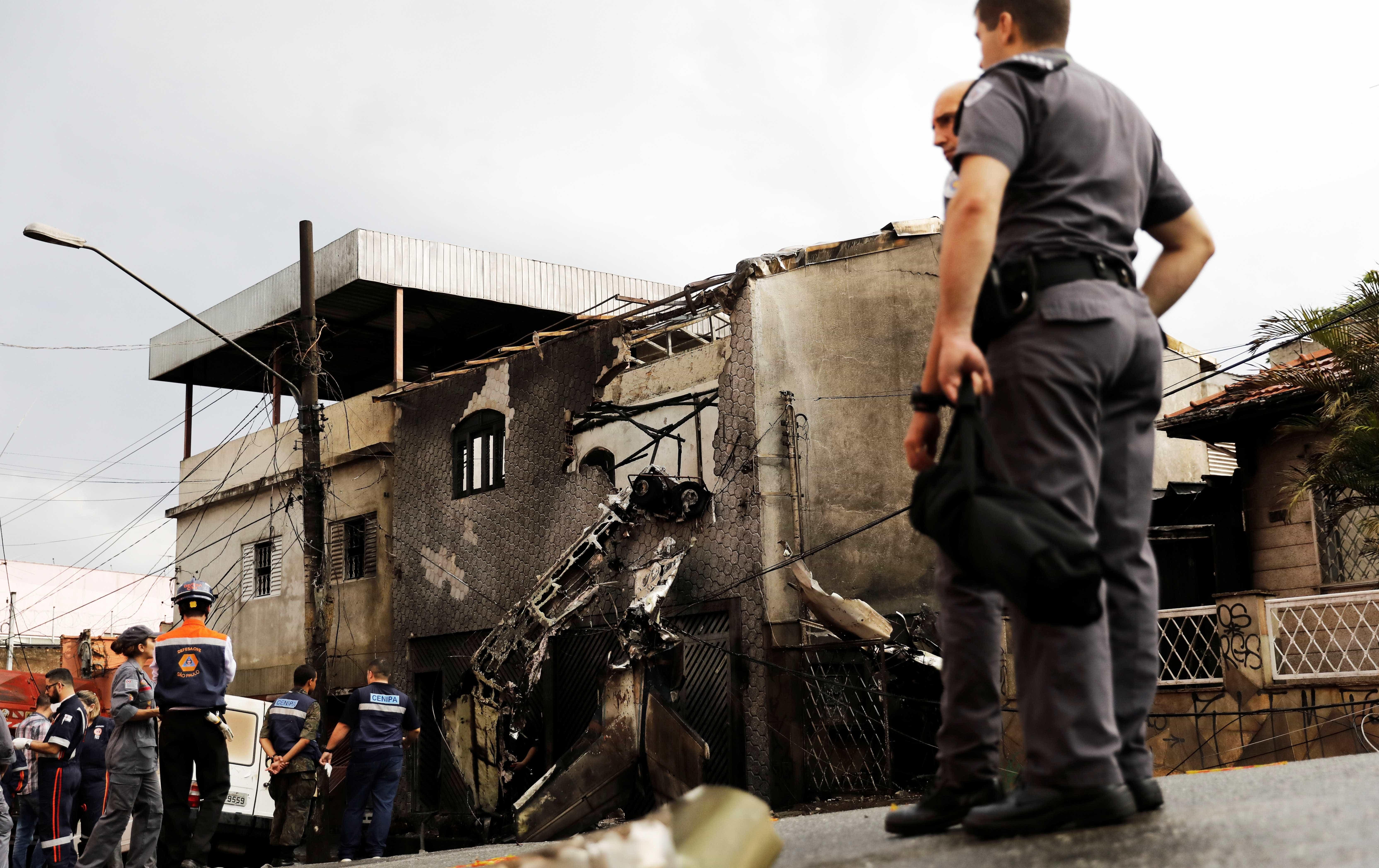 Avião cai sobre casas em SP e deixa dois mortos