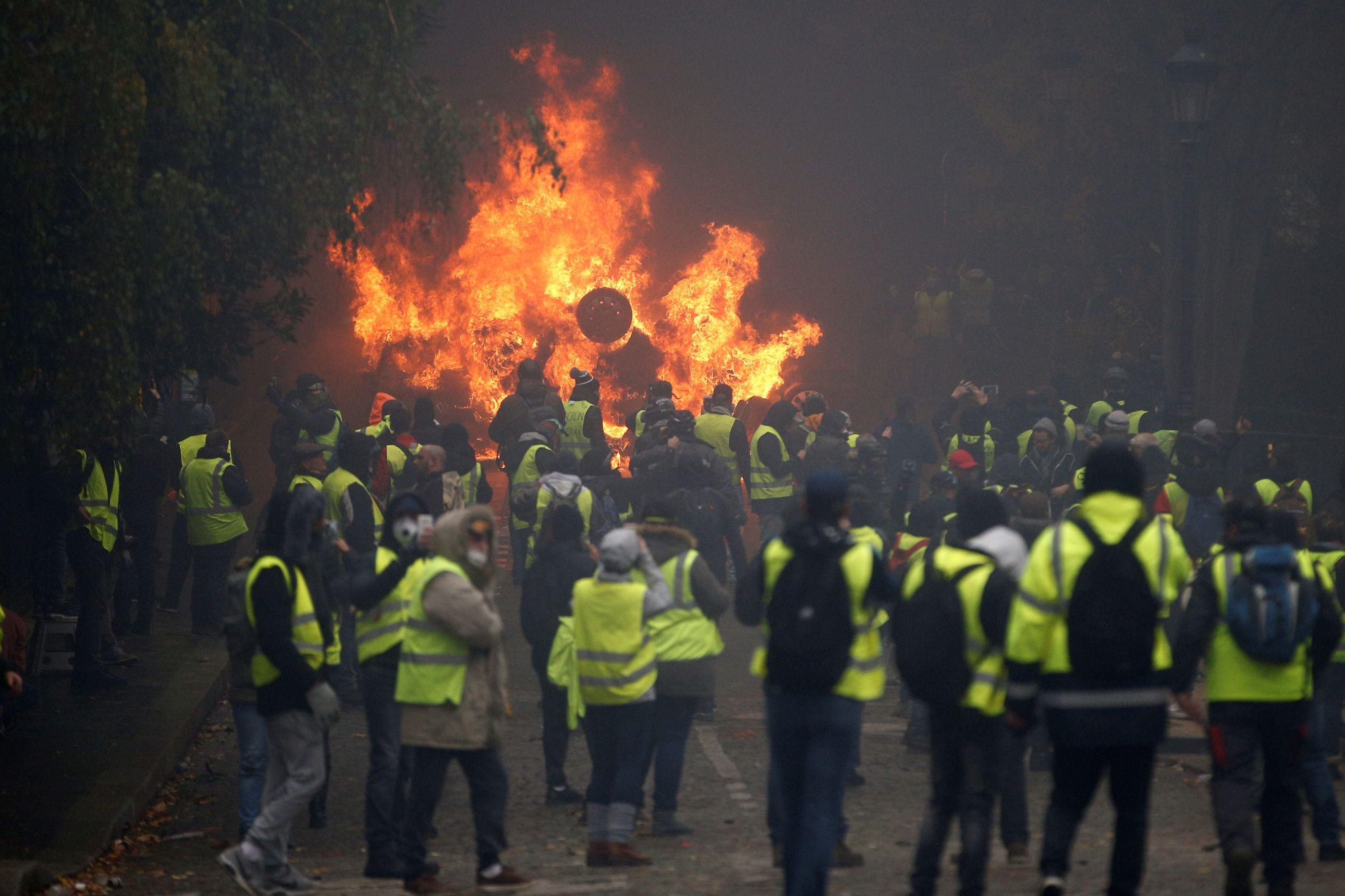 França começa a negociar com 'coletes amarelos'