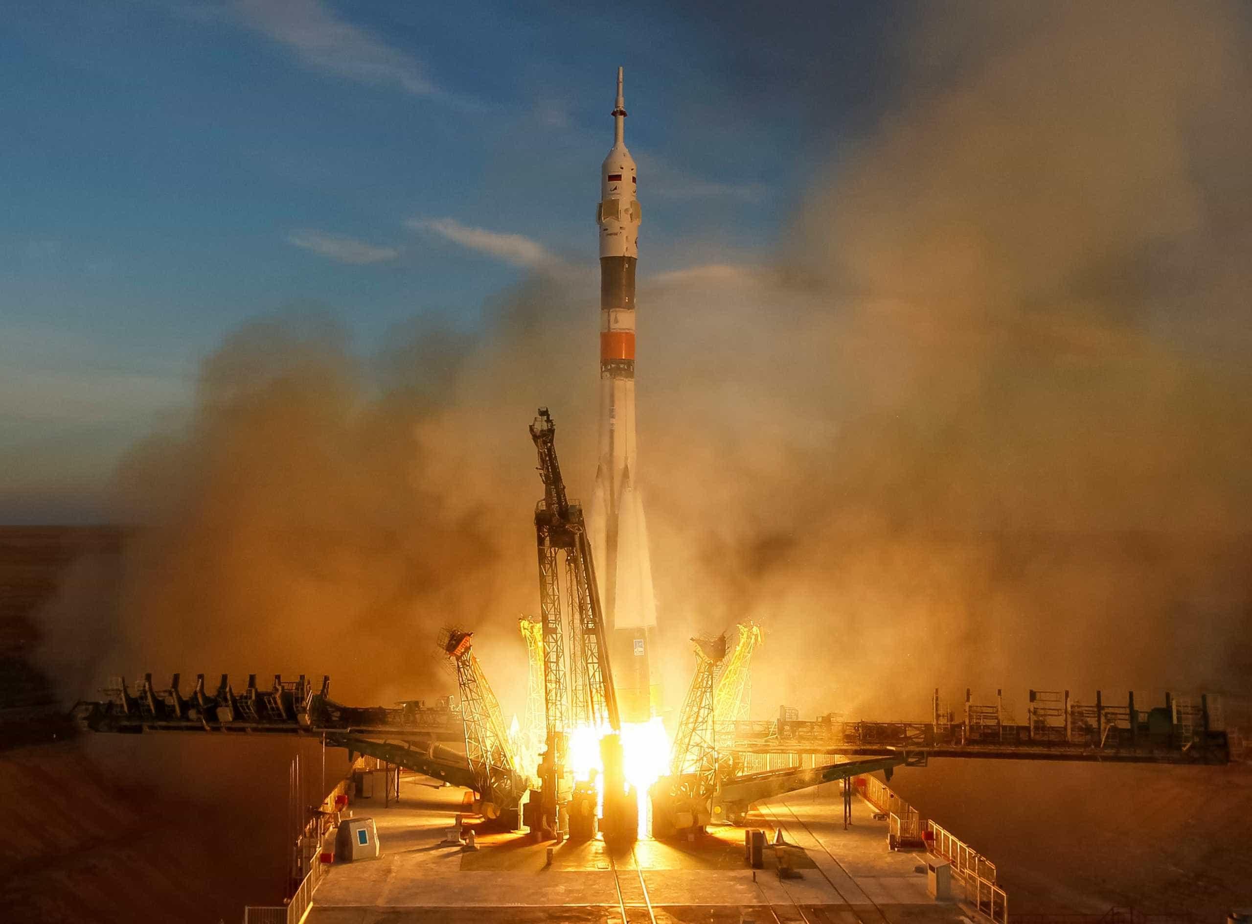 Após fracasso, Soyuz tripulada é lançada com sucesso