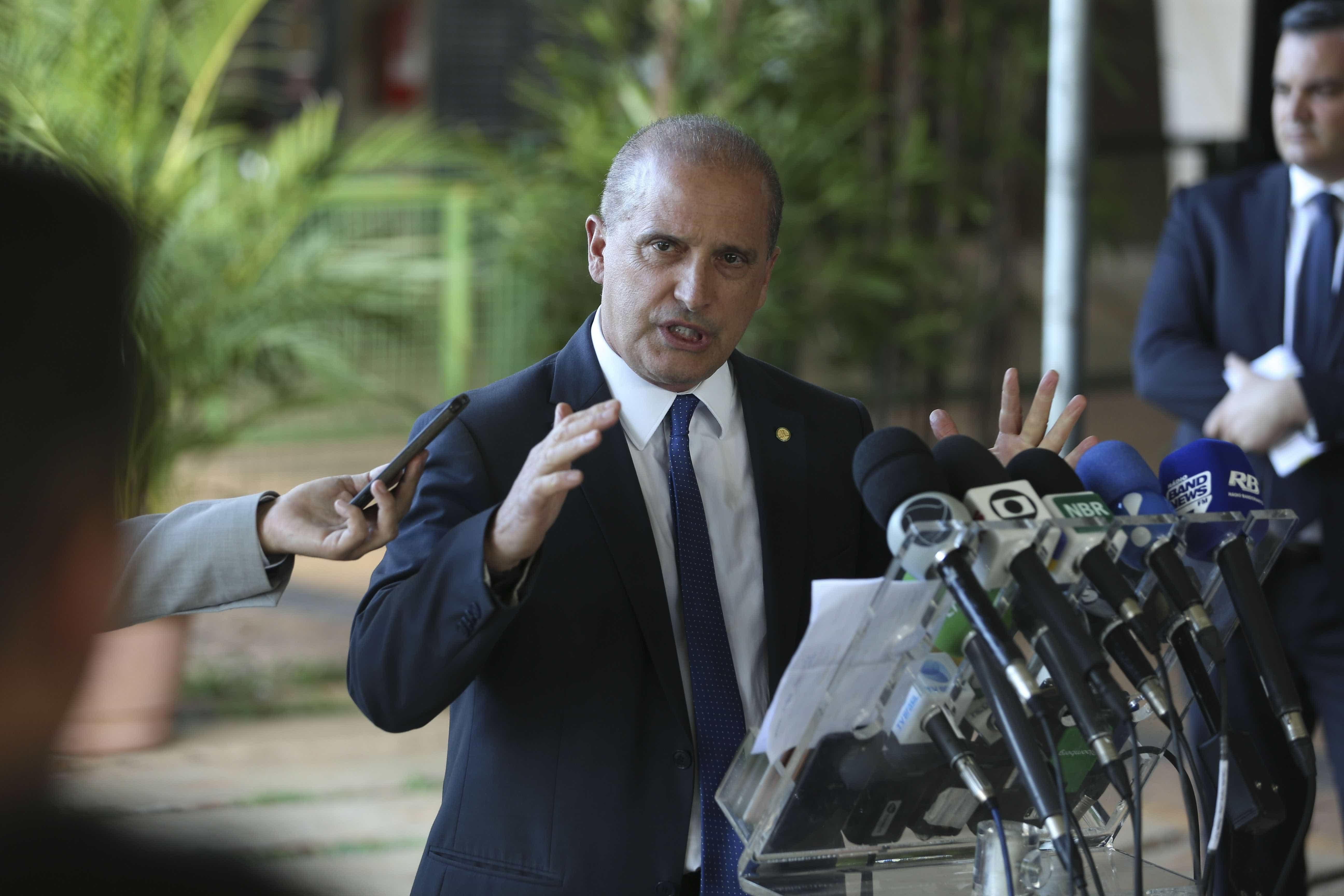 Em meio a boatos, Onyx nega demissão de Vélez: 'Presidente confia nele'