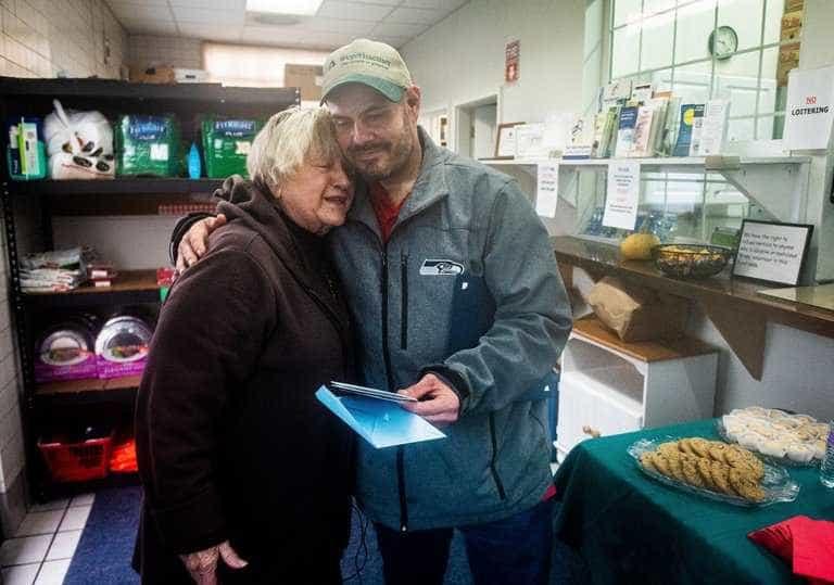 Morador de rua acha R$ 65 mil e entrega a banco de alimentos nos EUA