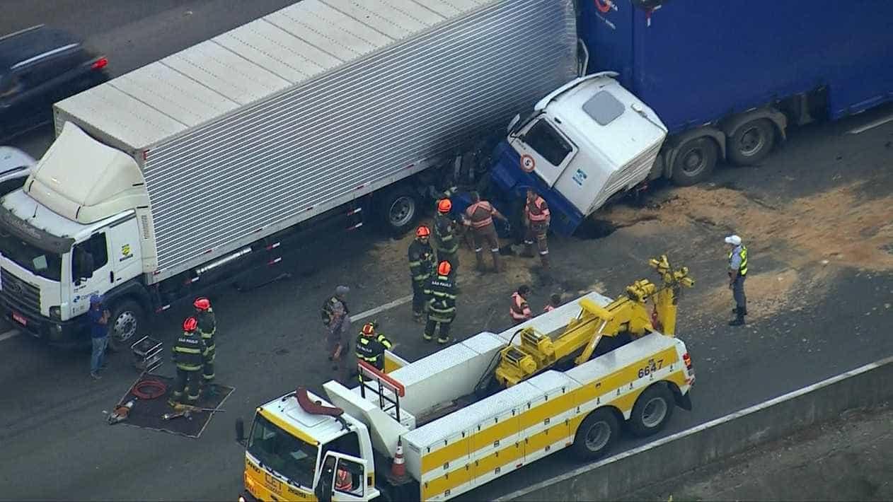 Acidente deixa ferido e interdita pista expressa da Marginal Tietê