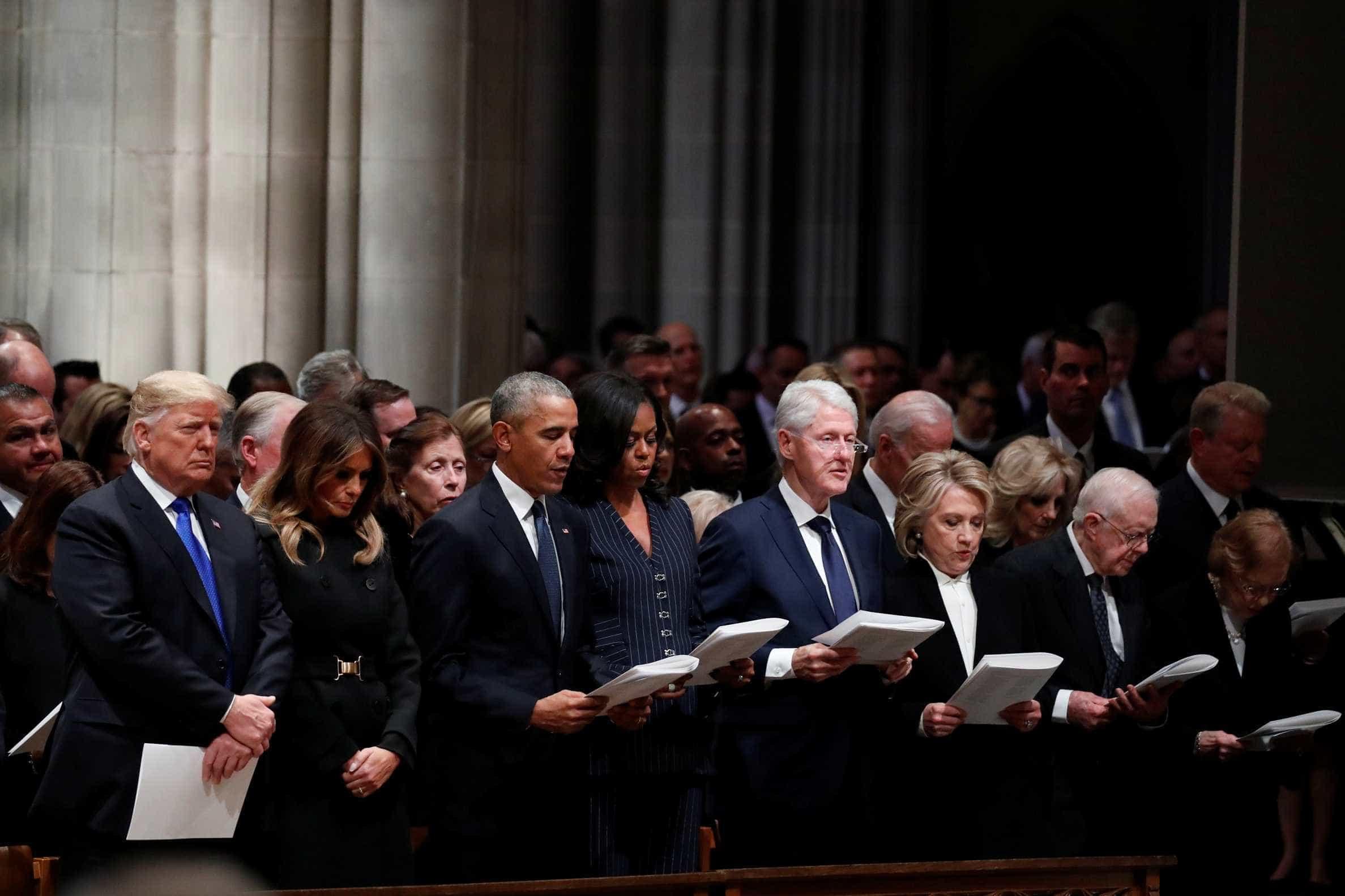 Trump cumprimenta Obama, mas ignora casal Clinton em funeral