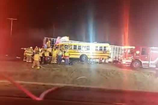 Colisão entre caminhão e ônibus escolar deixa mortos e feridos nos EUA