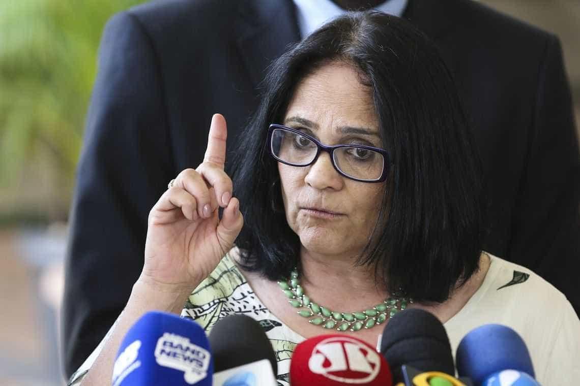 'Foge do Brasil', sugere Damares a pais de meninas