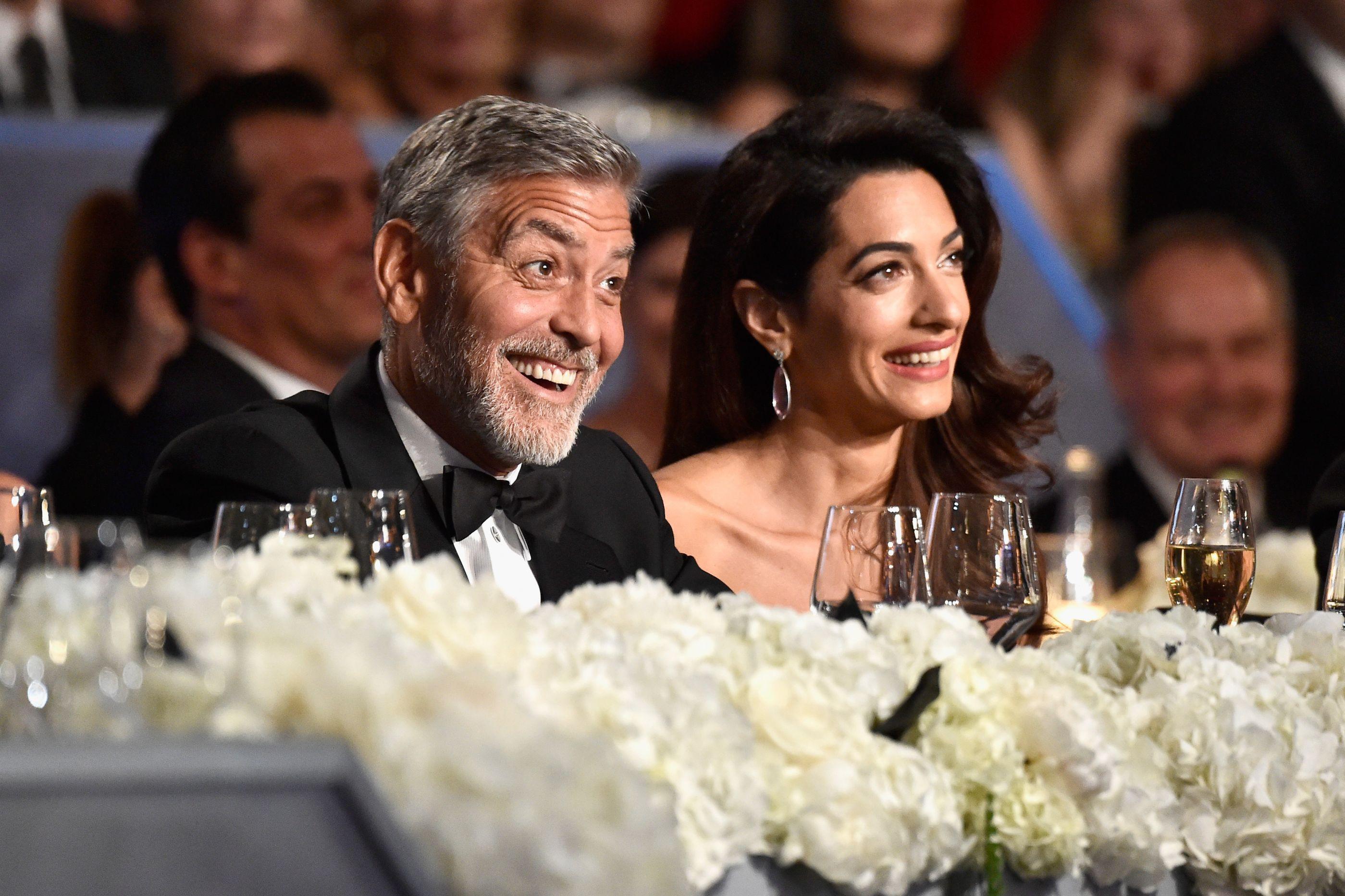 Amal Clooney é flagrada com filhos gêmeos