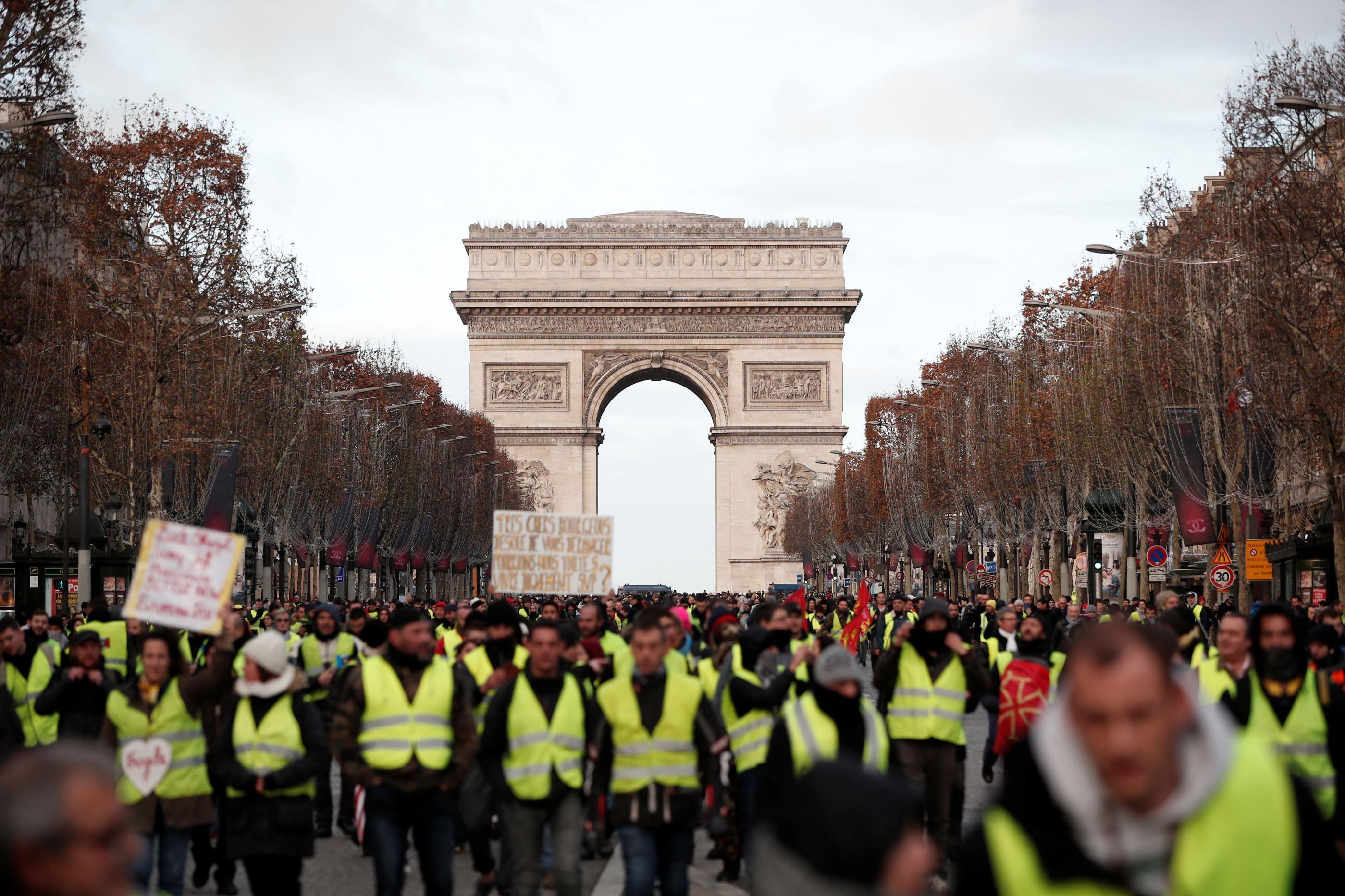Violência em protestos deixa 30 feridos e 500 detidos em Paris