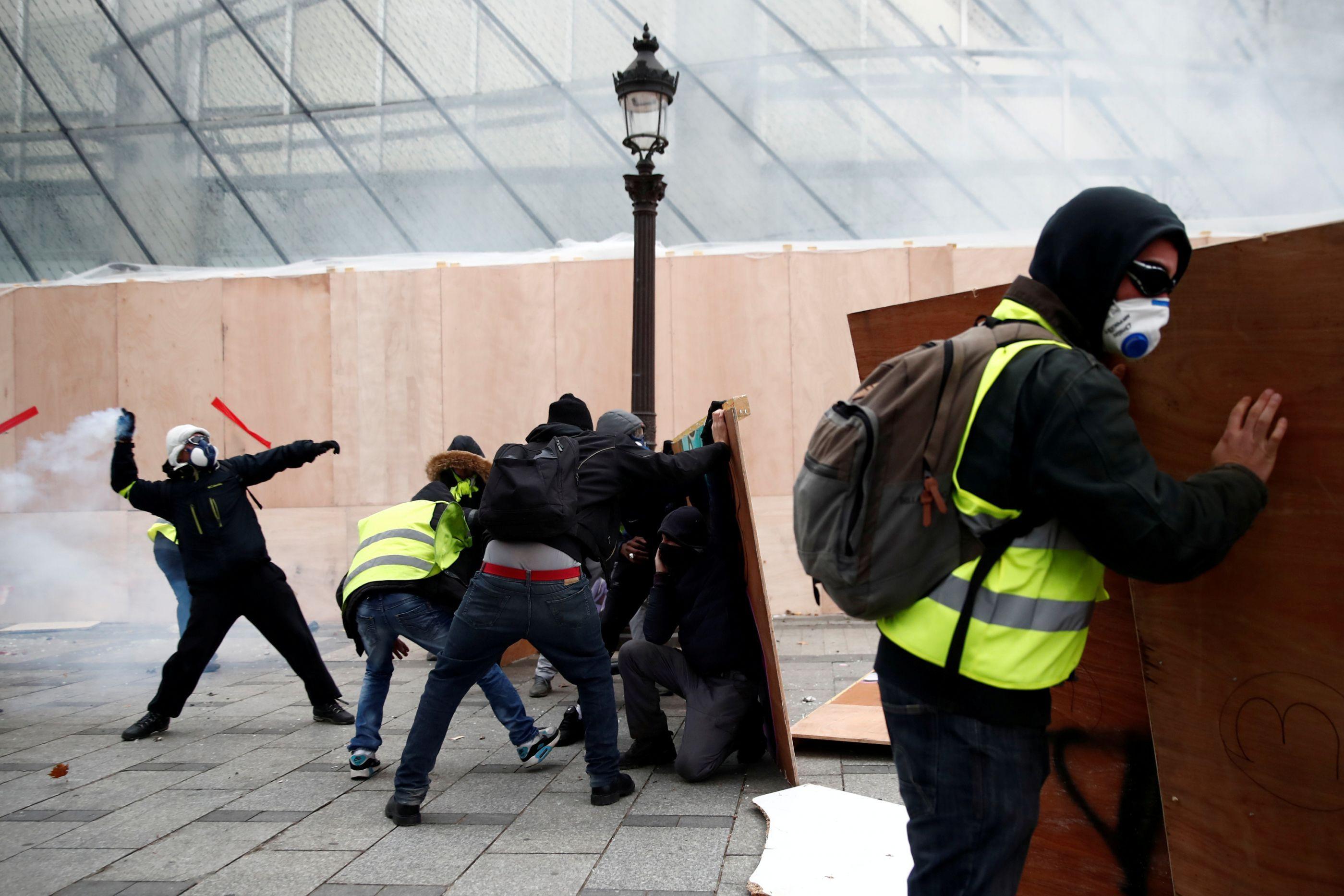 Coletes amarelos provocam queda na chegada de turistas a Paris
