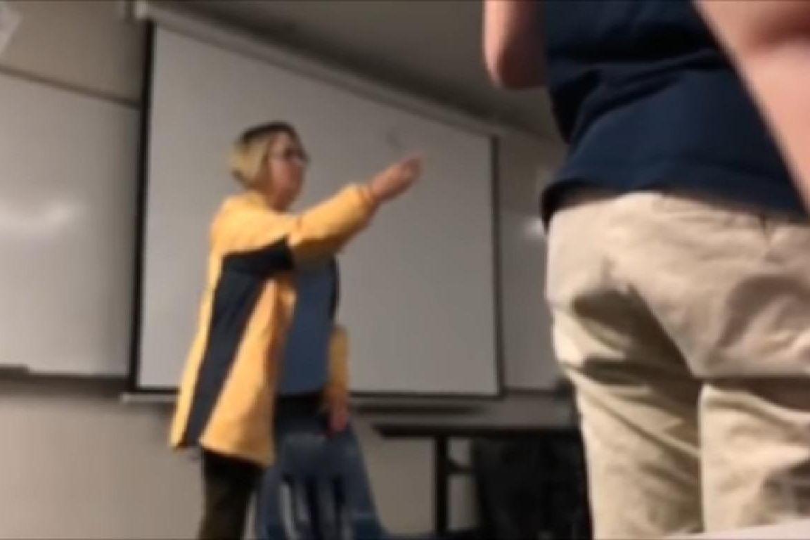 Professora é detida por cortar cabelo de aluno à força em sala de aula