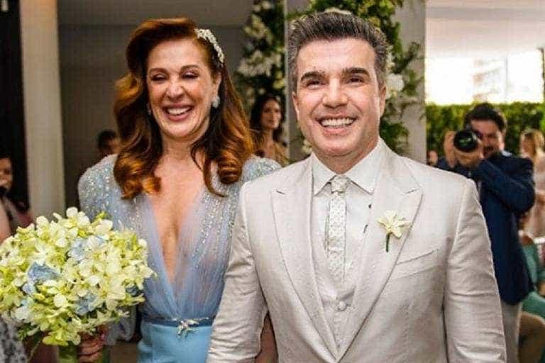 Jarbas após trocar alianças com Claudia Raia: 'Casamos mais uma vez'