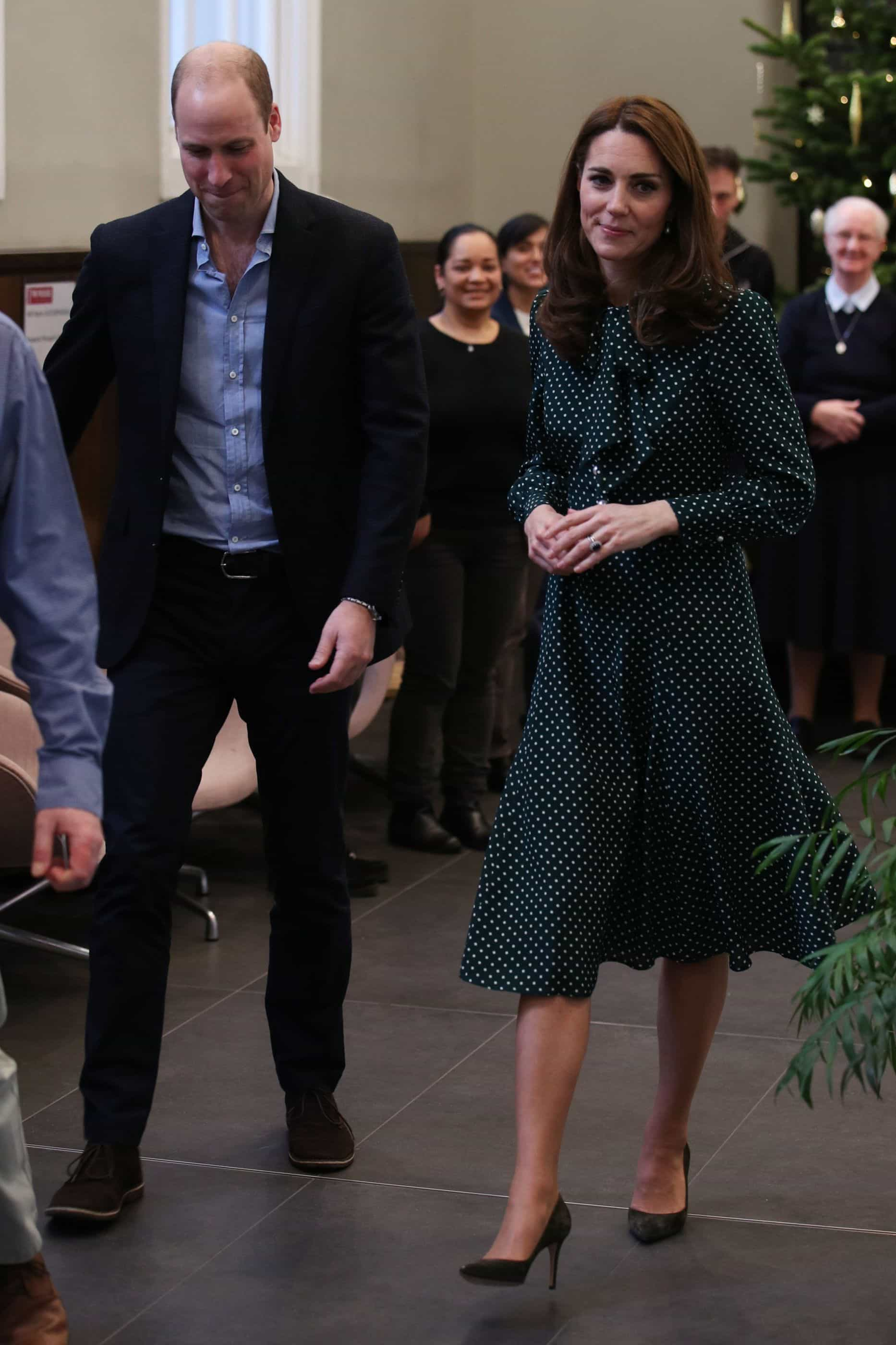 Kate Middleton brilha com vestido festivo; fotos!