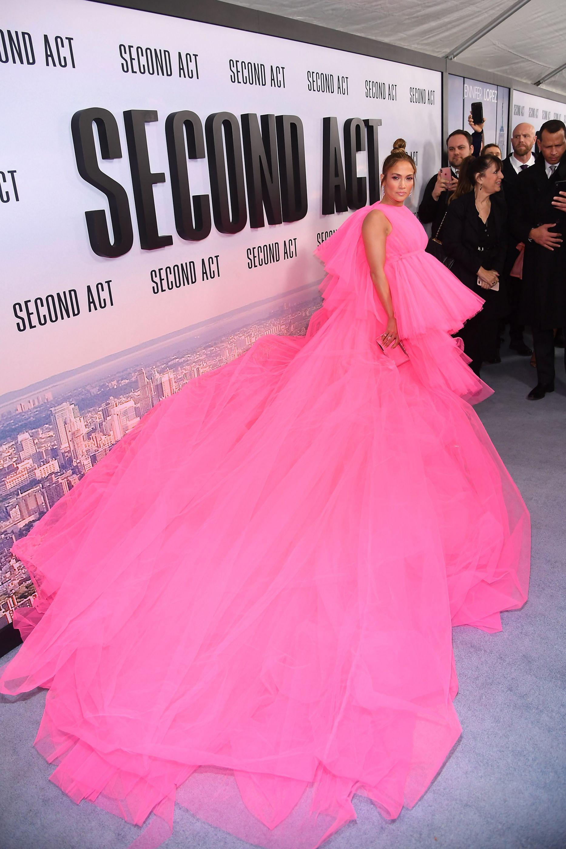 J. Lo chama atenção em tapete vermelho com vestido 'quilométrico'