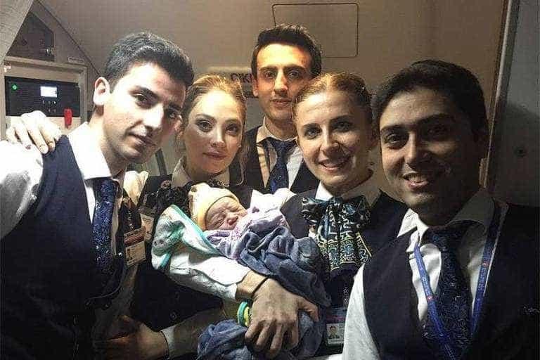 Bebê nasce durante voo para a Turquia, uma hora antes do pouso