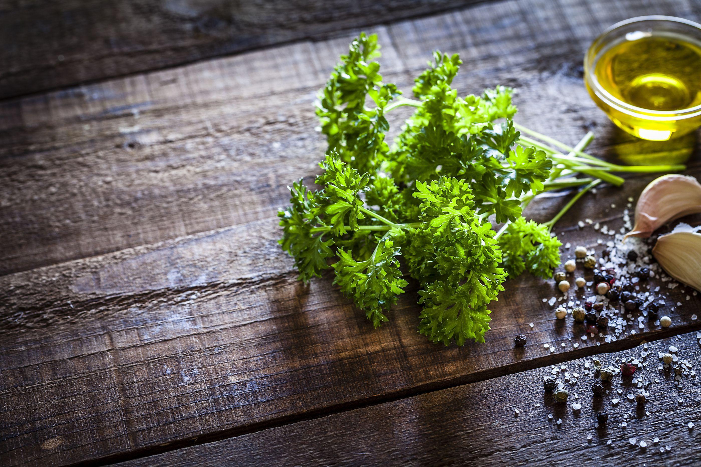 Conheça 7 benefícios da salsa