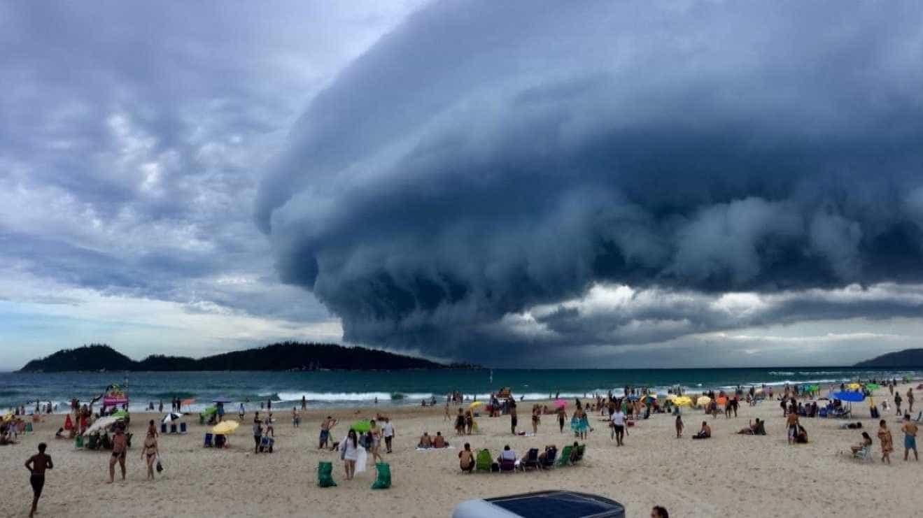 Nuvem gigante assusta turistas e moradores de Florianópolis