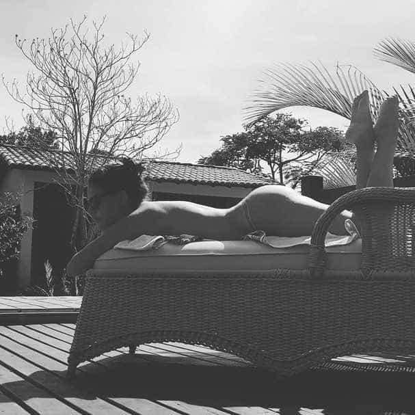 Paloma Bernardi posa de topless para receber o verão