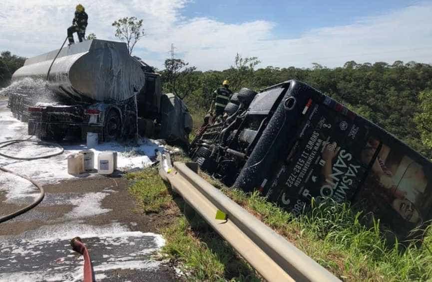 Cantora lamenta acidente de ônibus com equipe: 'Era para eu estar lá'