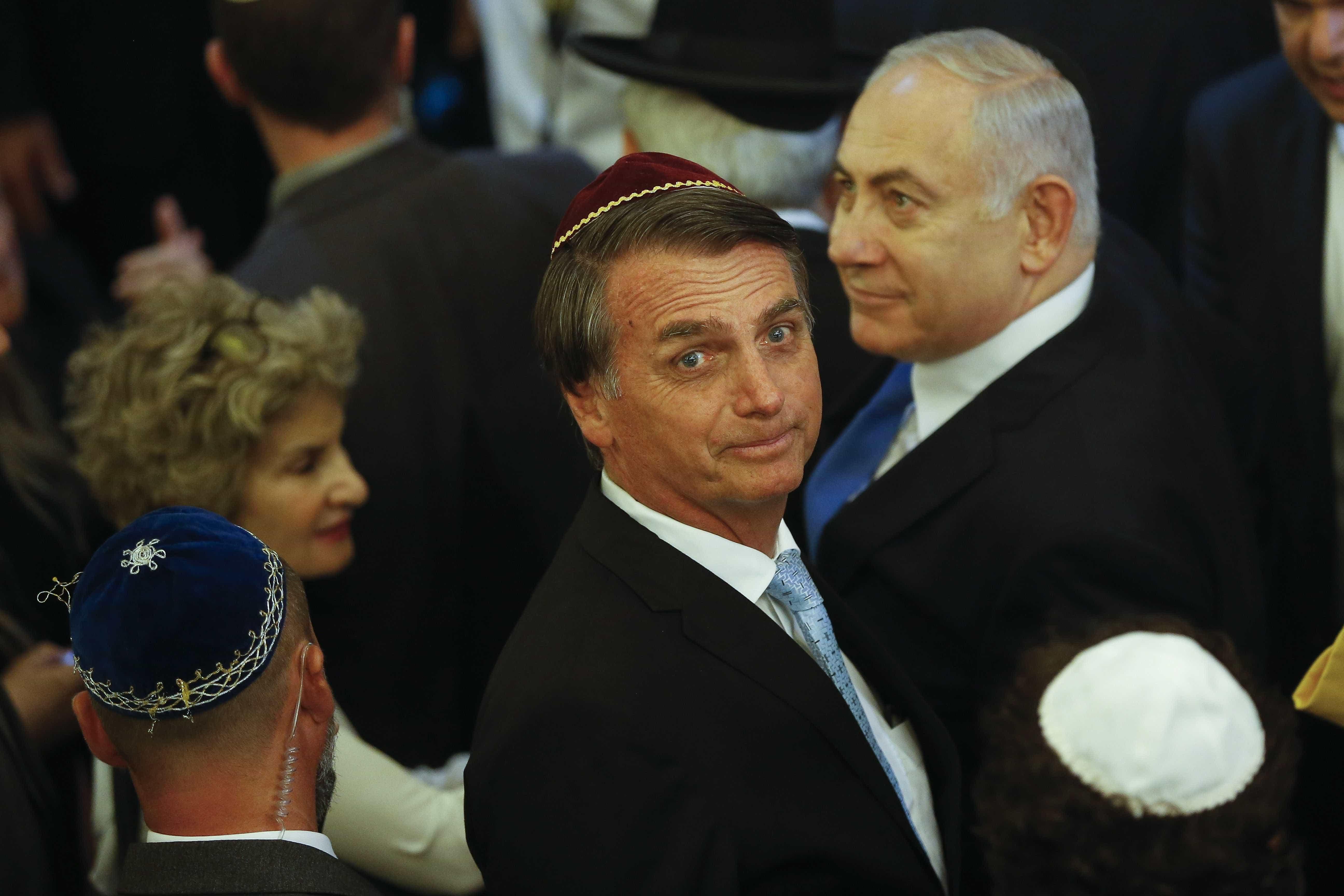 Premiê de Israel puxa coro de 'mito' em visita a sinagoga com Bolsonaro