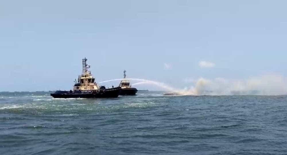 Embarcação de 'luxo' afunda no litoral de SP após pegar fogo