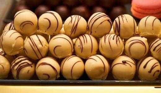 Aprenda a preparar bombom de uva trufado com chocolate branco