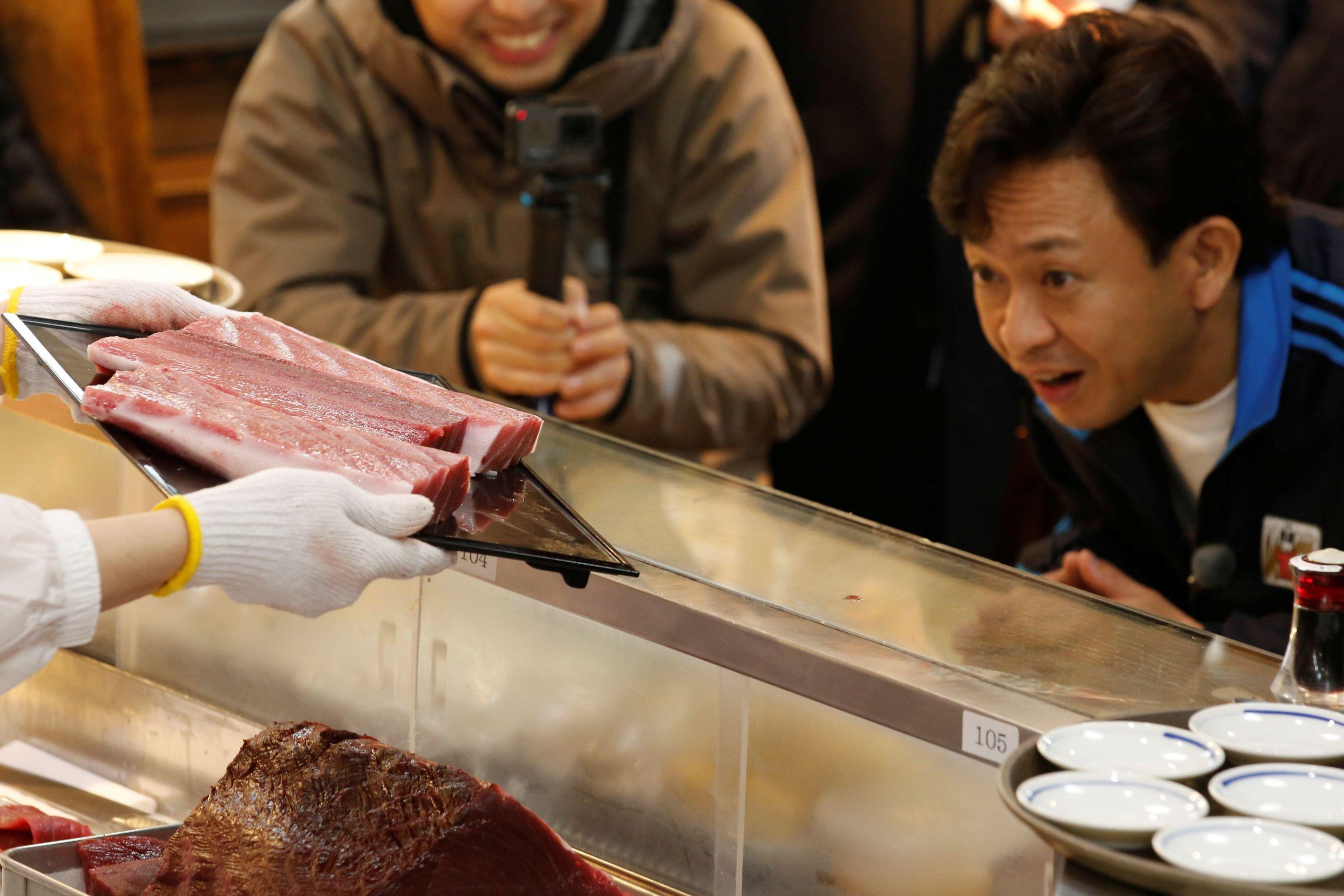 Atum é leiloado por históricos R$ 115 milhões no Japão. Veja as imagens