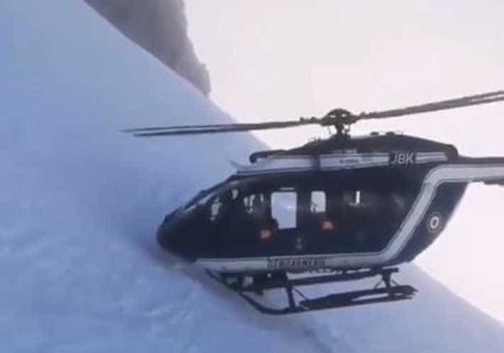 Helicóptero quase toca montanha de gelo em resgate; assista