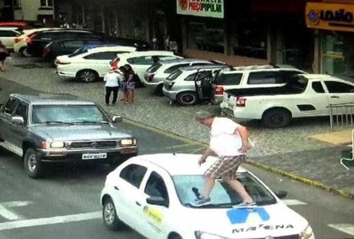 Vereador caminha sobre carro parado na faixa de pedestres; vídeo