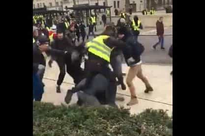 Equipe de jornalistas é brutalmente agredida por Coletes Amarelos