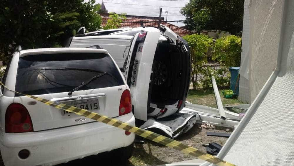 Carro despenca do 3º andar de edifício no Recife, motorista fica ferido