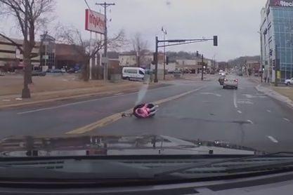 Criança de dois anos cai de carro em movimento; assista