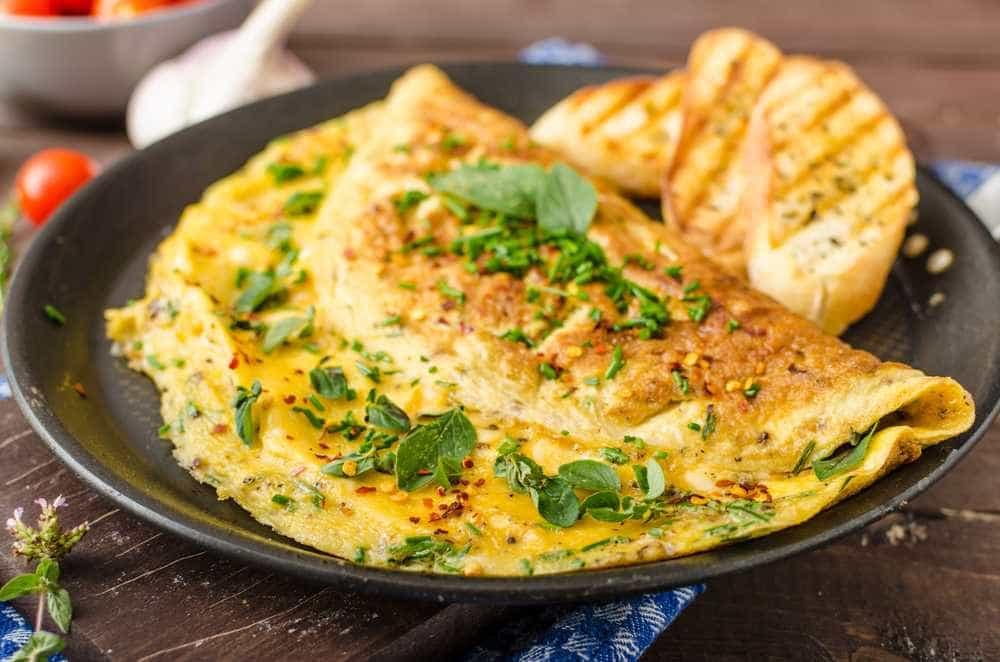 Omelete de espinafre com queijo é fácil de fazer e nutritivo