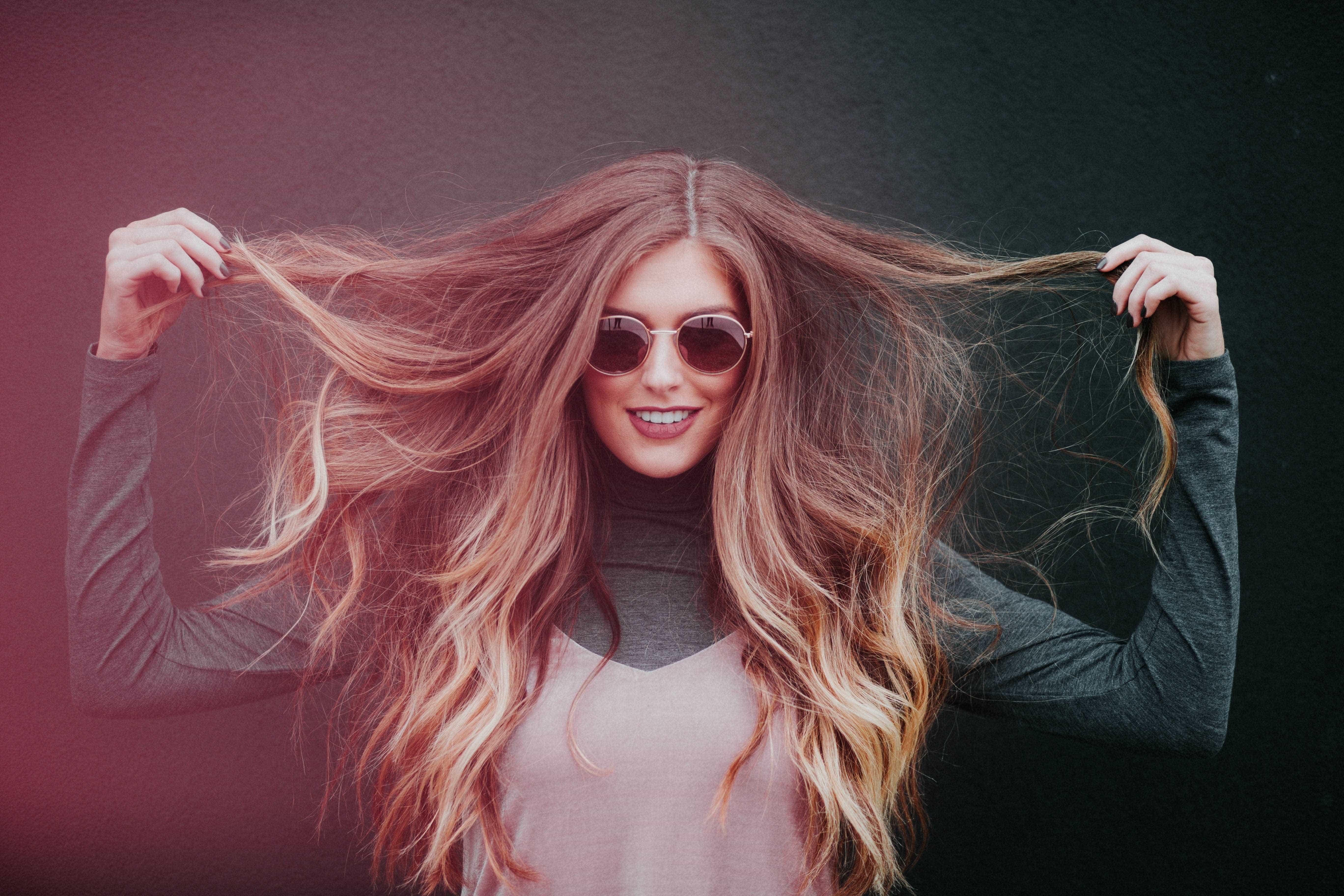 Verão x cabelo: veja como proteger e reverter danos causados aos fios