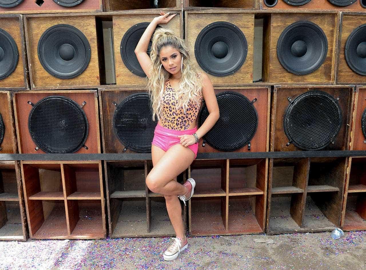 De oncinha e short pink, Lexa grava 'Só Depois do Carnaval' em SP