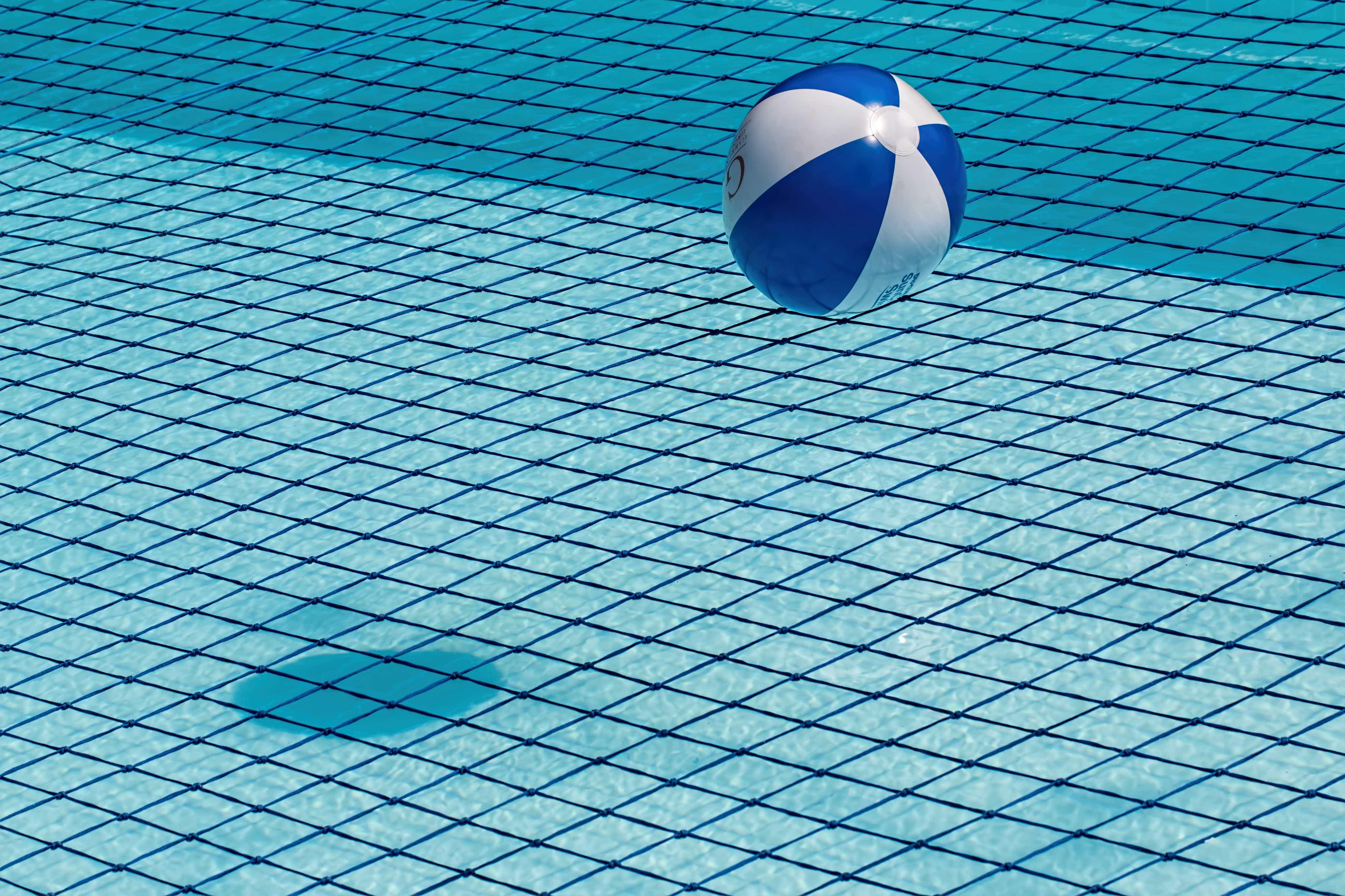 Mãe flagra filha de 7 anos sendo abusada pelo avô dentro de piscina