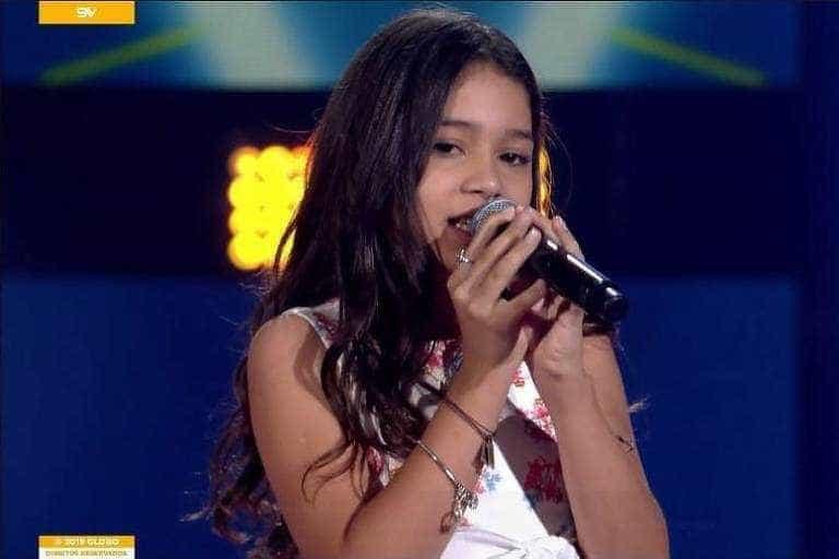 Menina emociona ao cantar Elis Regina no 'The Voice Kids'