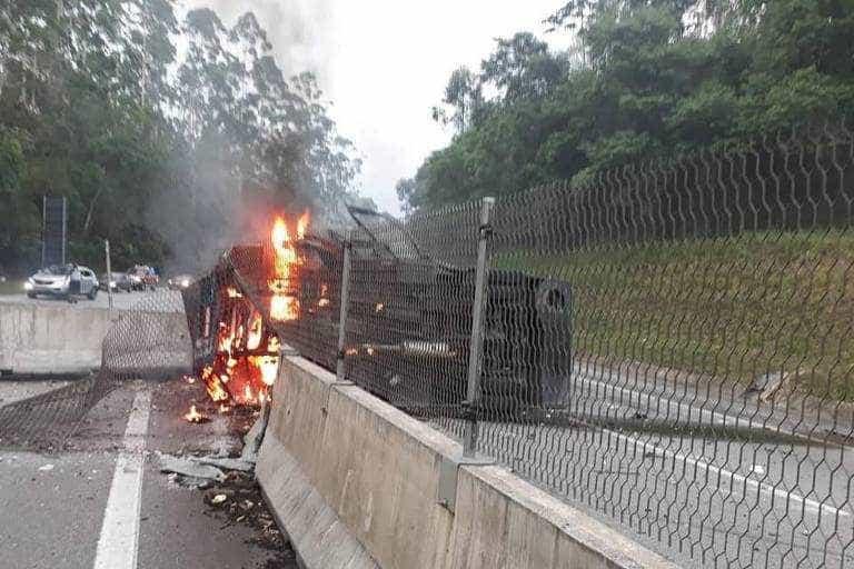 Rodovia dos Tamoios é interditada após ataque a dois carros fortes