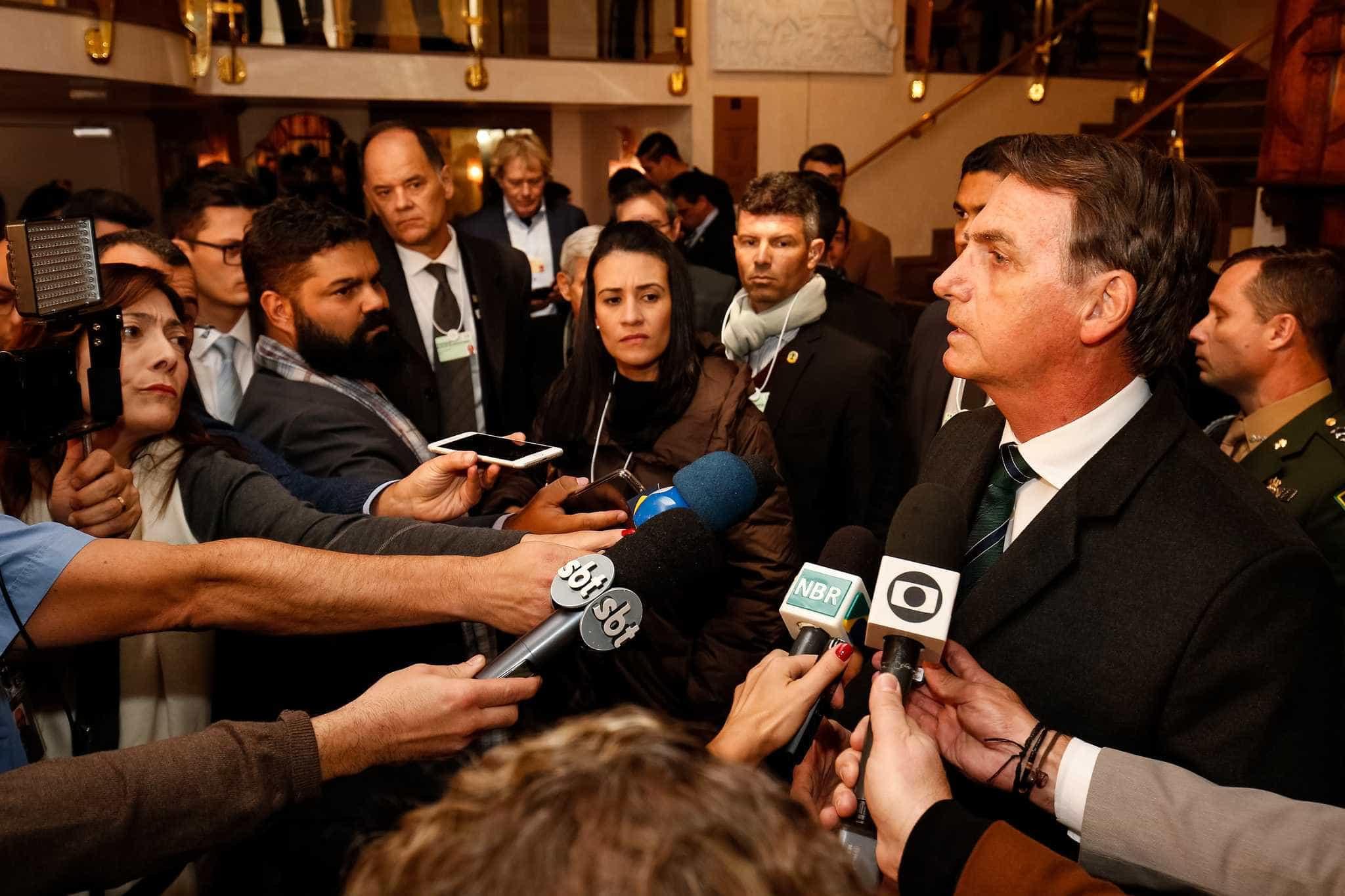 Bolsonaro recebe presidente do PSL em audiência privada