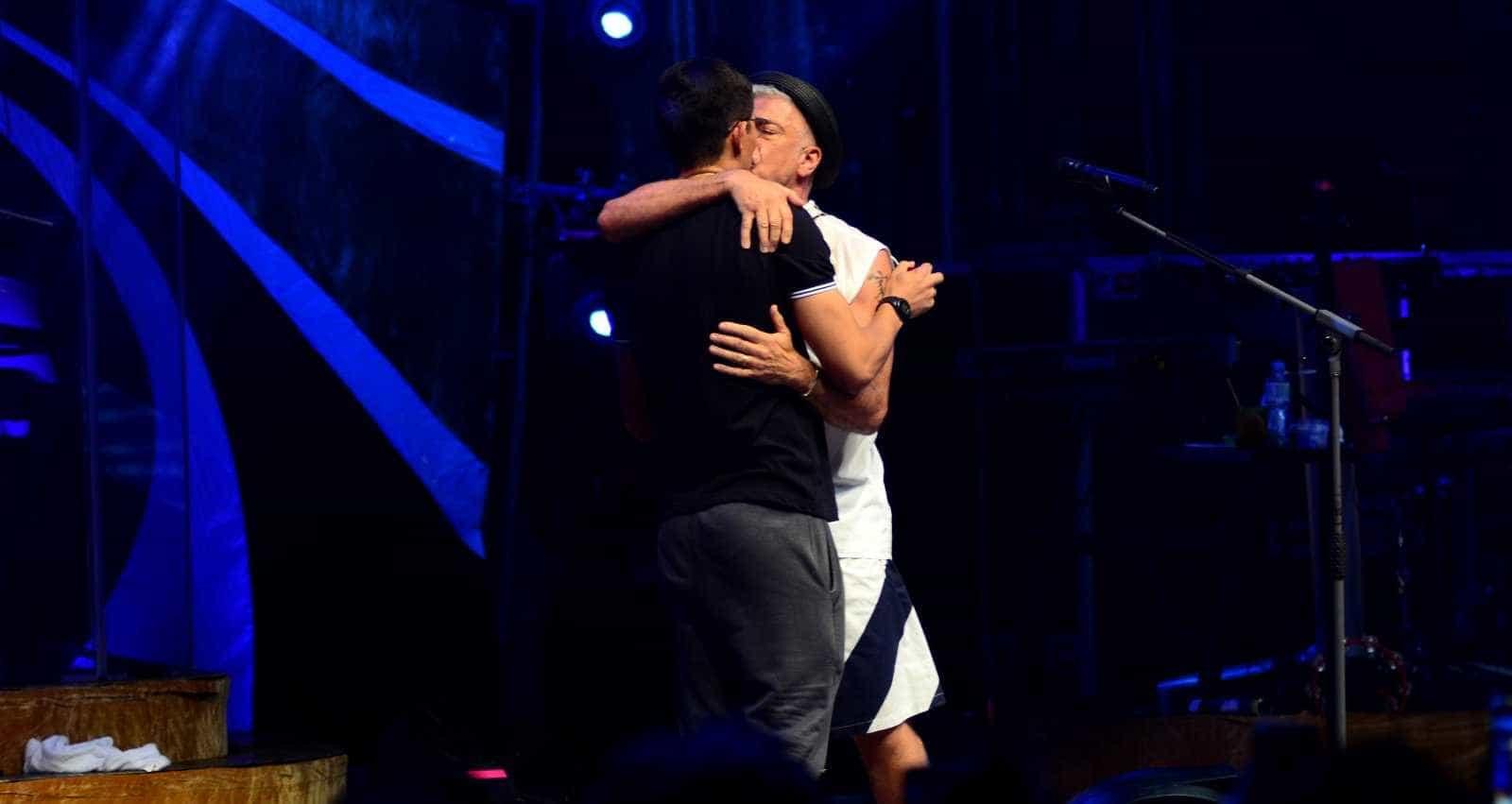 Namorado 'invade' palco e pede Lulu Santos em casamento; vídeo