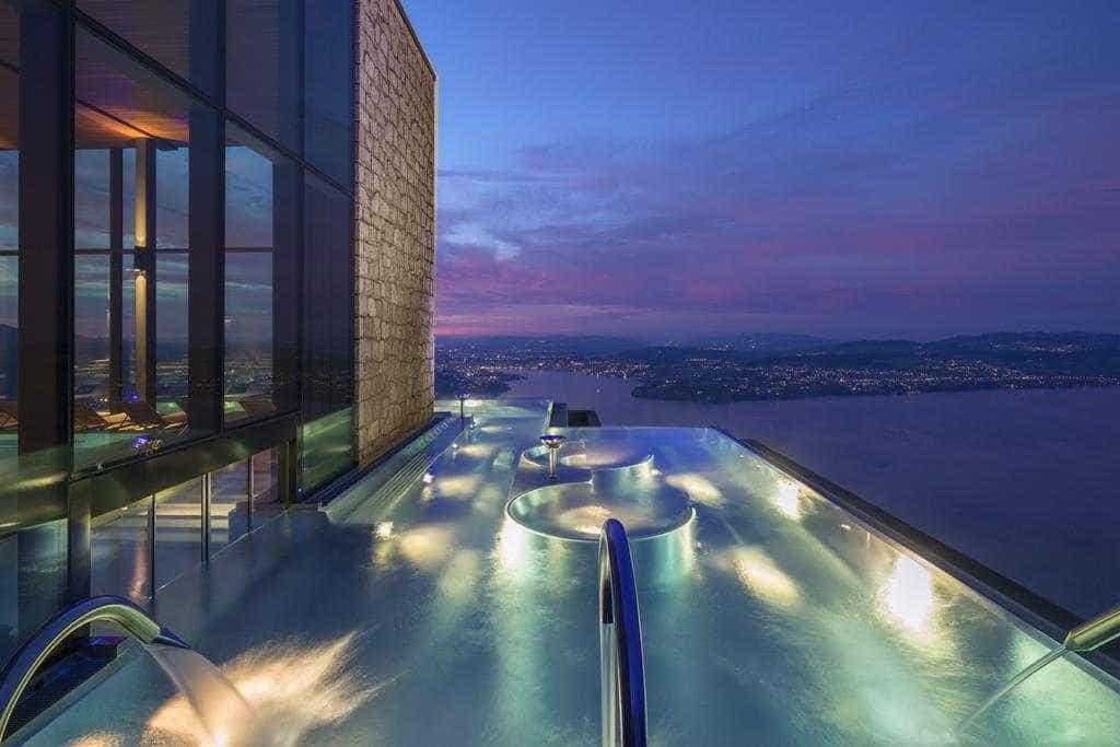 11 piscinas de hotéis para relaxar nas férias dentro e fora do Brasil