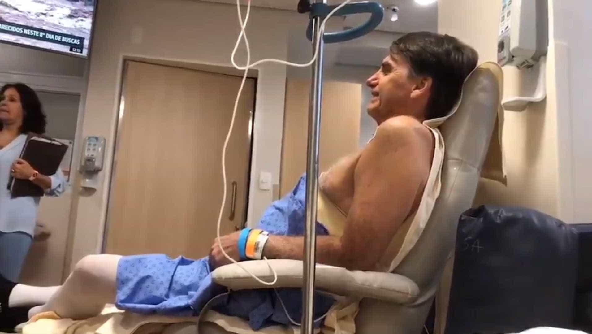 Bolsonaro se emociona ao ouvir 'Evidências' em show privado no hospital