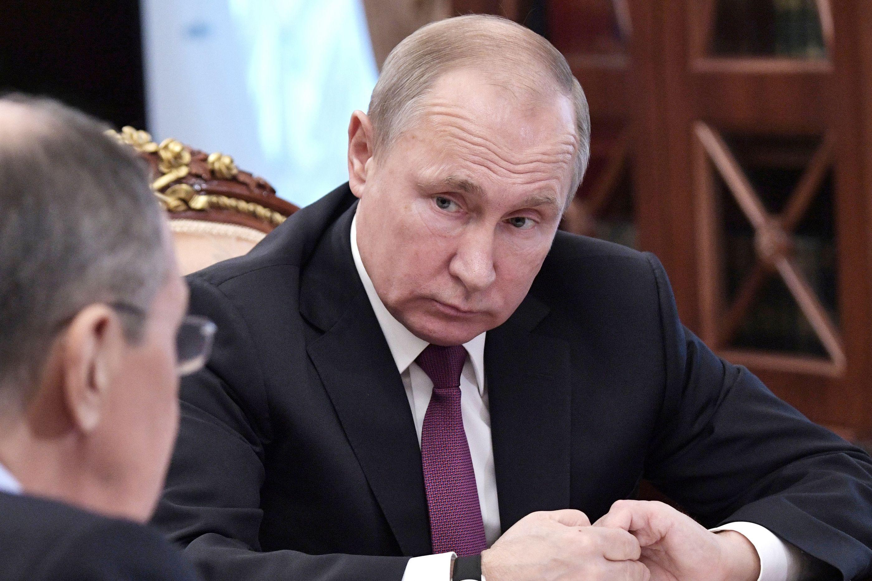 Rússia segue EUA e suspende tratado de desarmamento nuclear