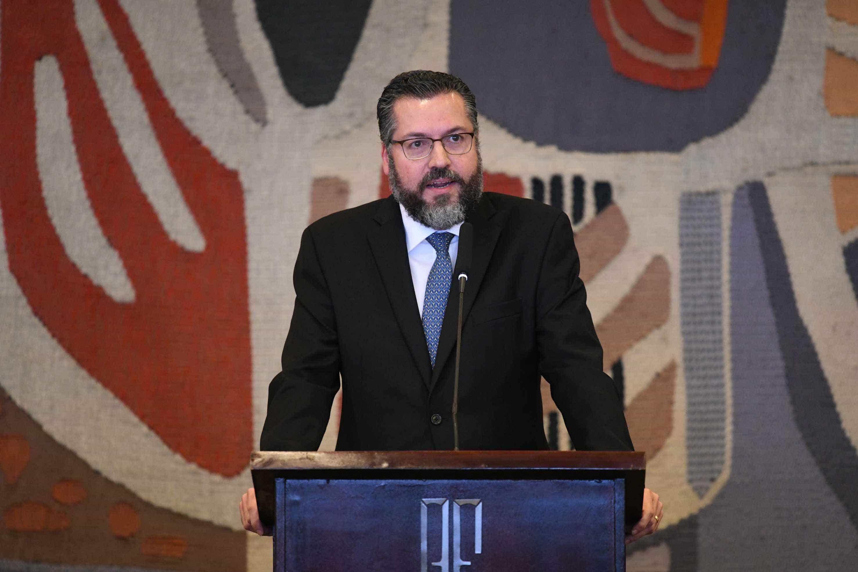Ernesto Araújo afirma que nazismo 'é de esquerda'; TV alemã rebate