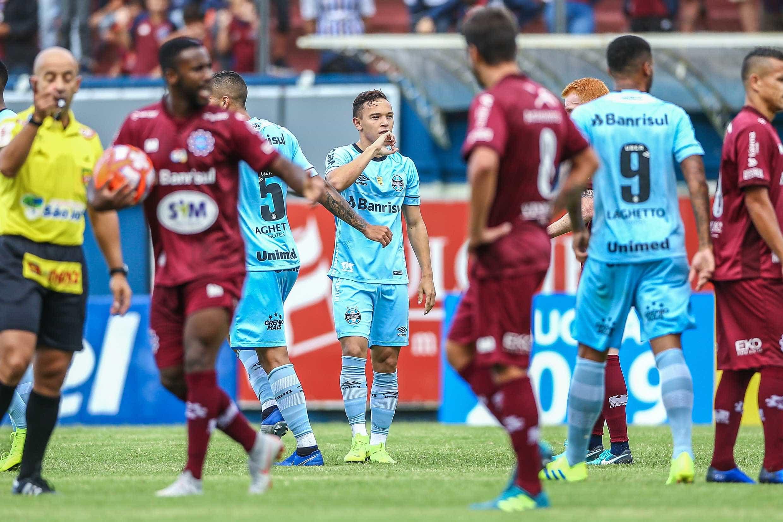 Com reservas, Grêmio vence Caxias e dispara na liderança do Gaúcho
