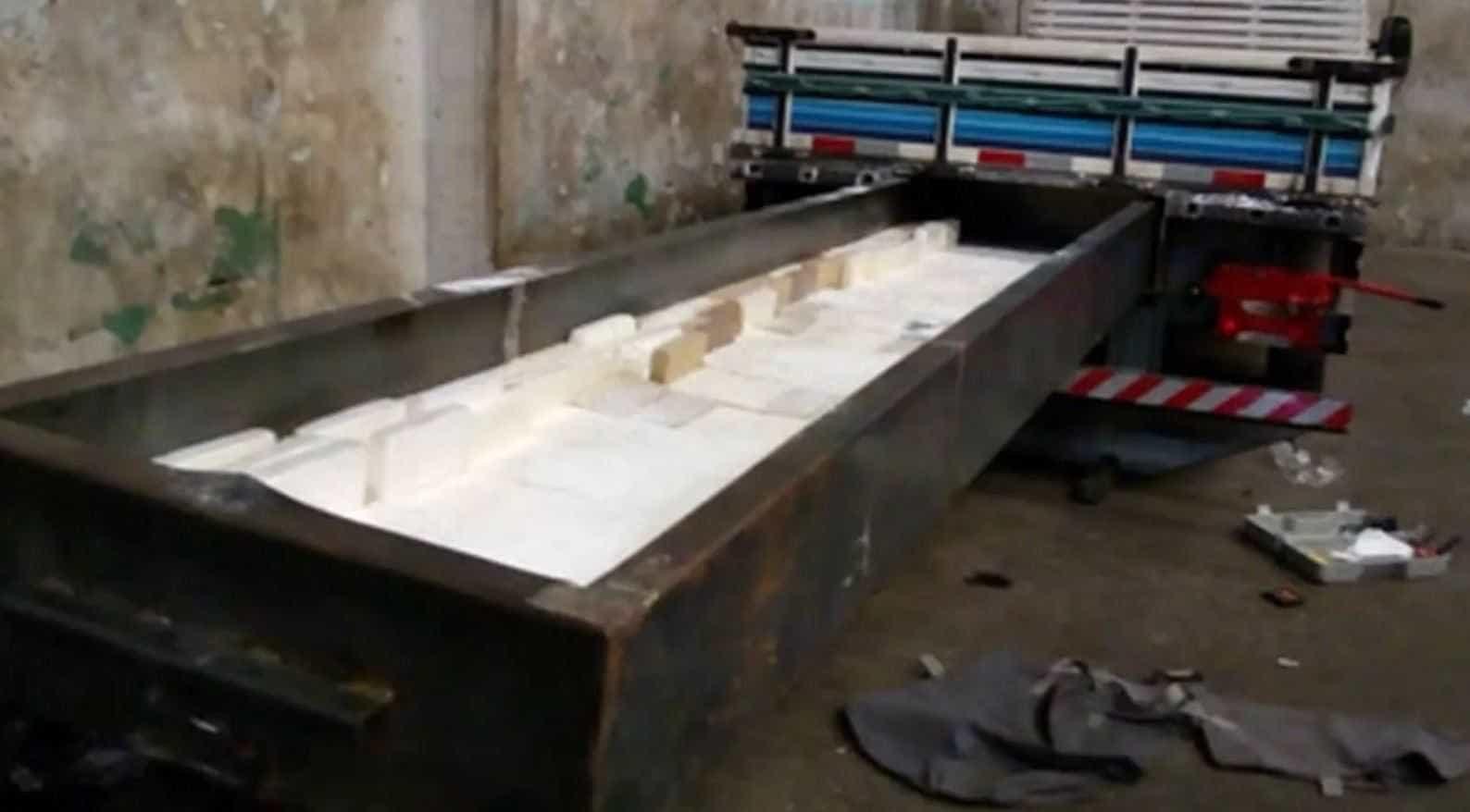 Denarc apreende 500Kg de cocaína em 'compartimento secreto' de caminhão