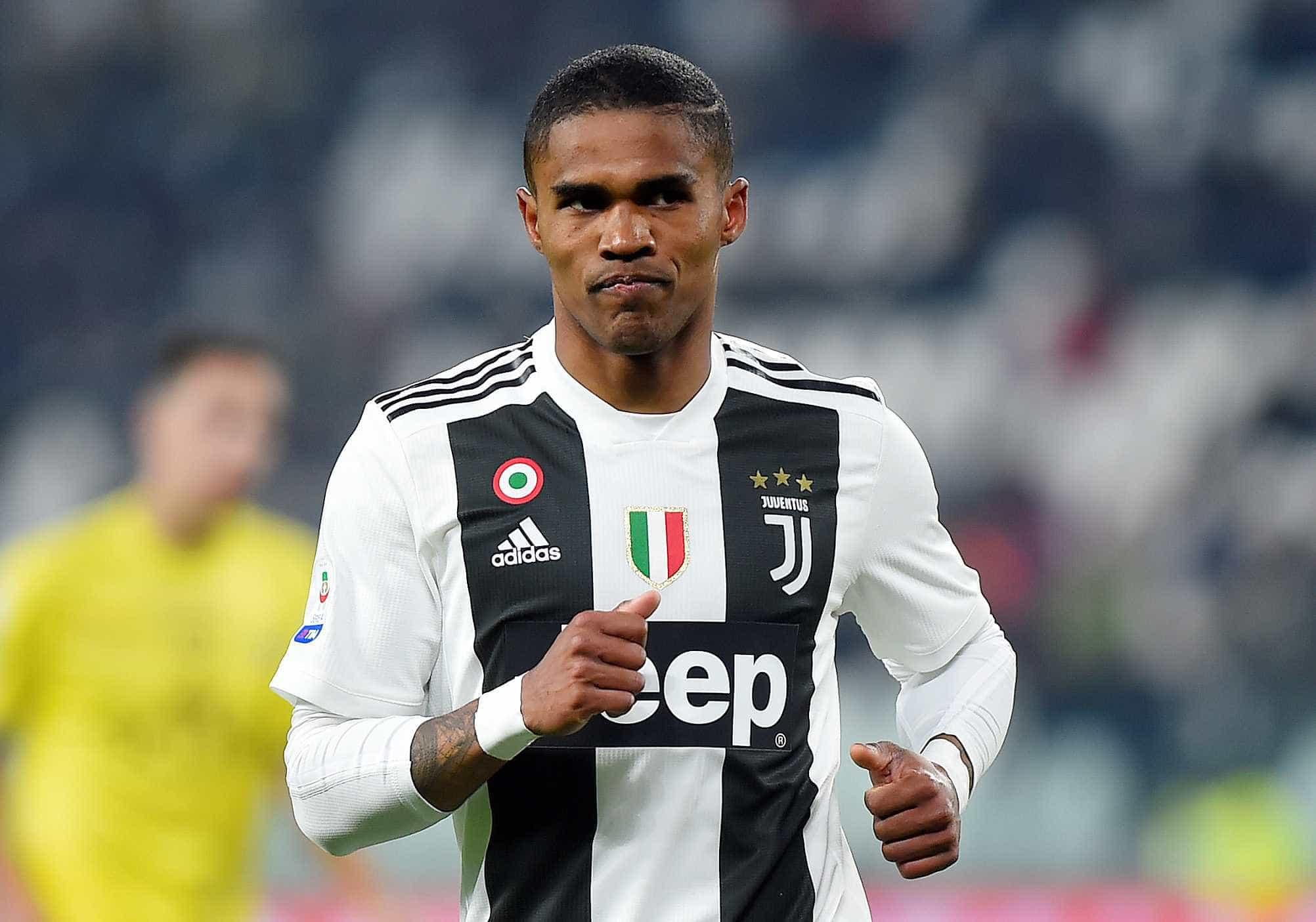 Atacante Douglas Costa, da Juventus, sofre acidente de carro na Itália