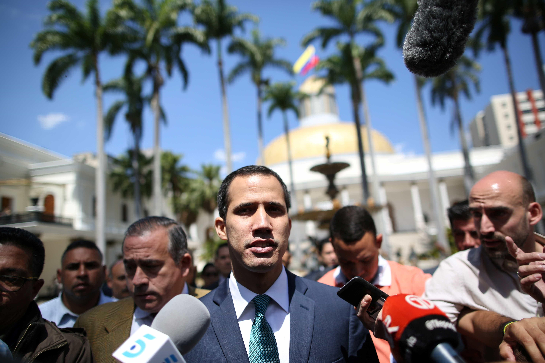Guaidó denuncia que Maduro tenta mover US$ 1,2 bilhão para o Uruguai