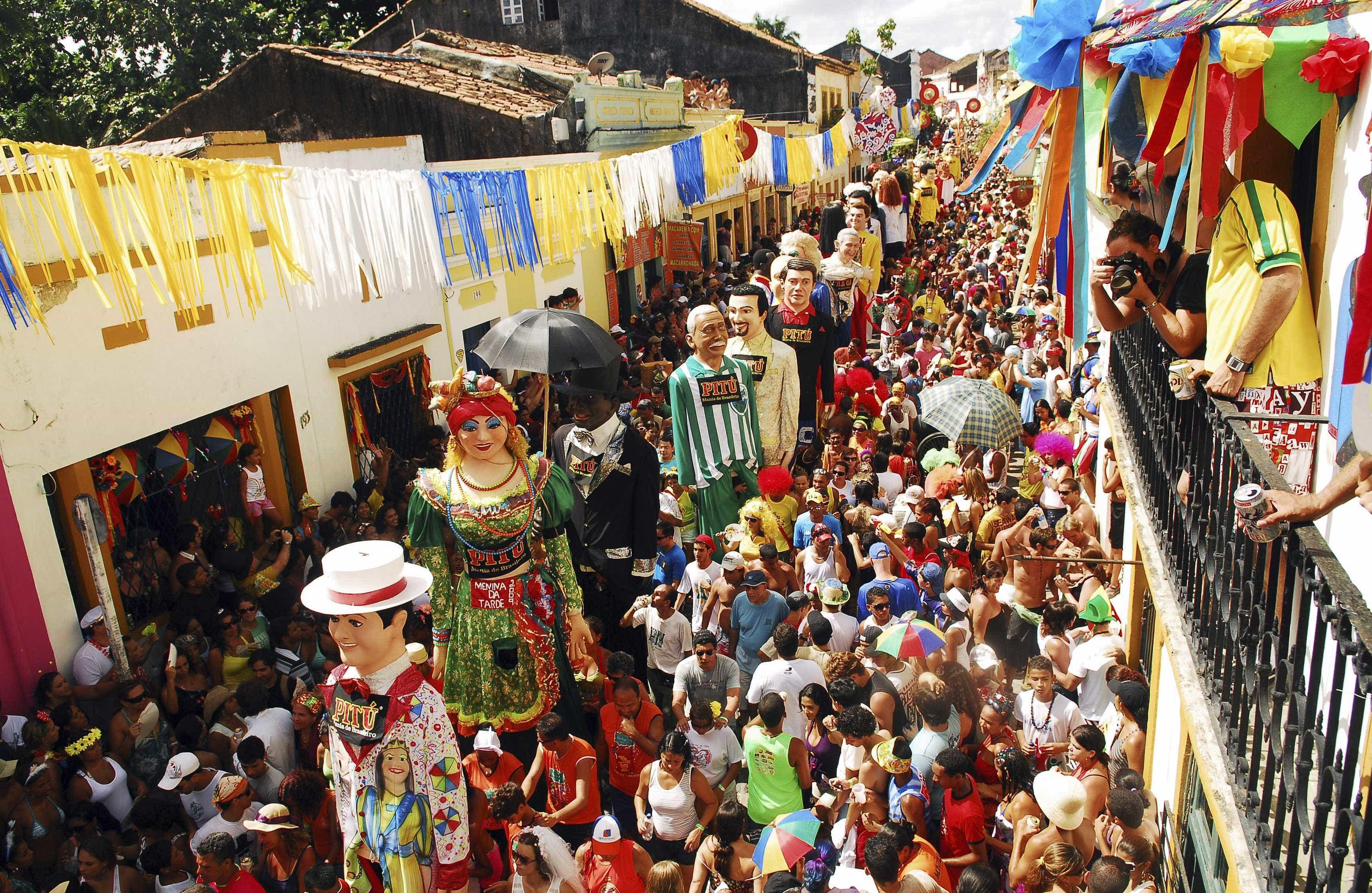 Pré-carnaval tem centenas de blocos pelo país; confira a programação