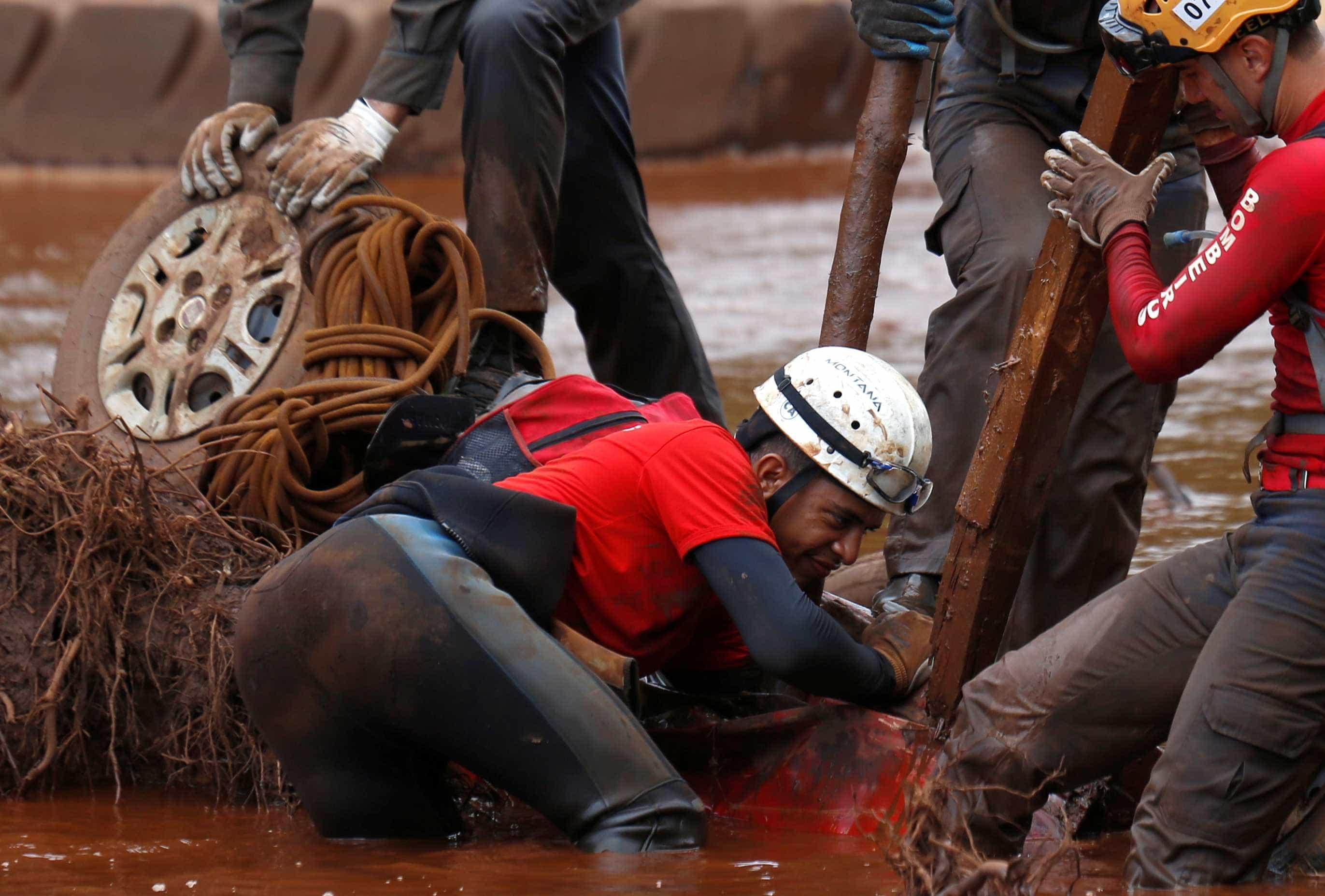 Bombeiros encontram carro submerso no rio Paraopeba; veja fotos